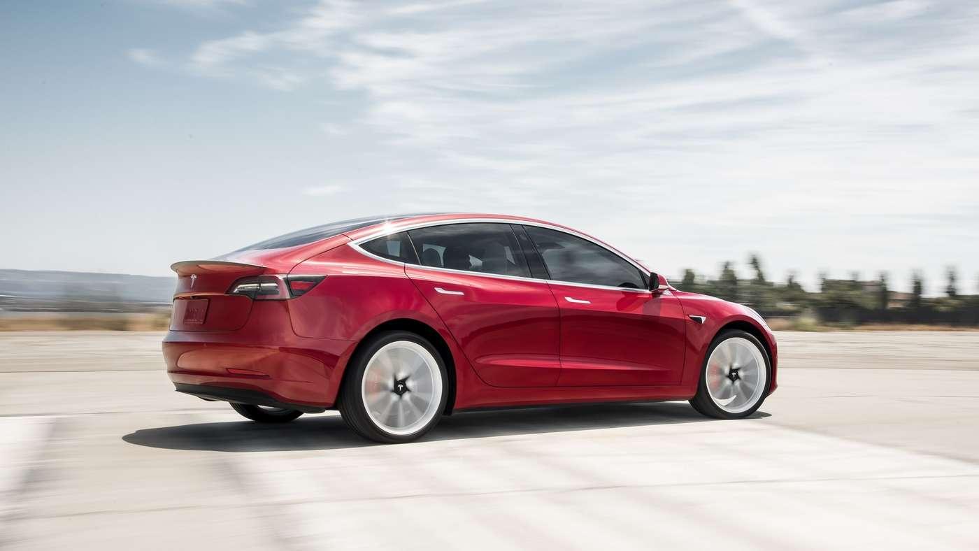 Contrairement aux autres modèles de la marque, la Tesla Model 3 ne dispose pas d'une ouverture motorisée du coffre et du capot. © Tesla