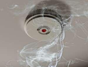 Les détecteurs de fumée devront équiper tous les foyers d'ici 5 ans. L'objectif est de sensibiliser aux risques domestiques et de réduire le nombre d'incendies. © Paul Fleet