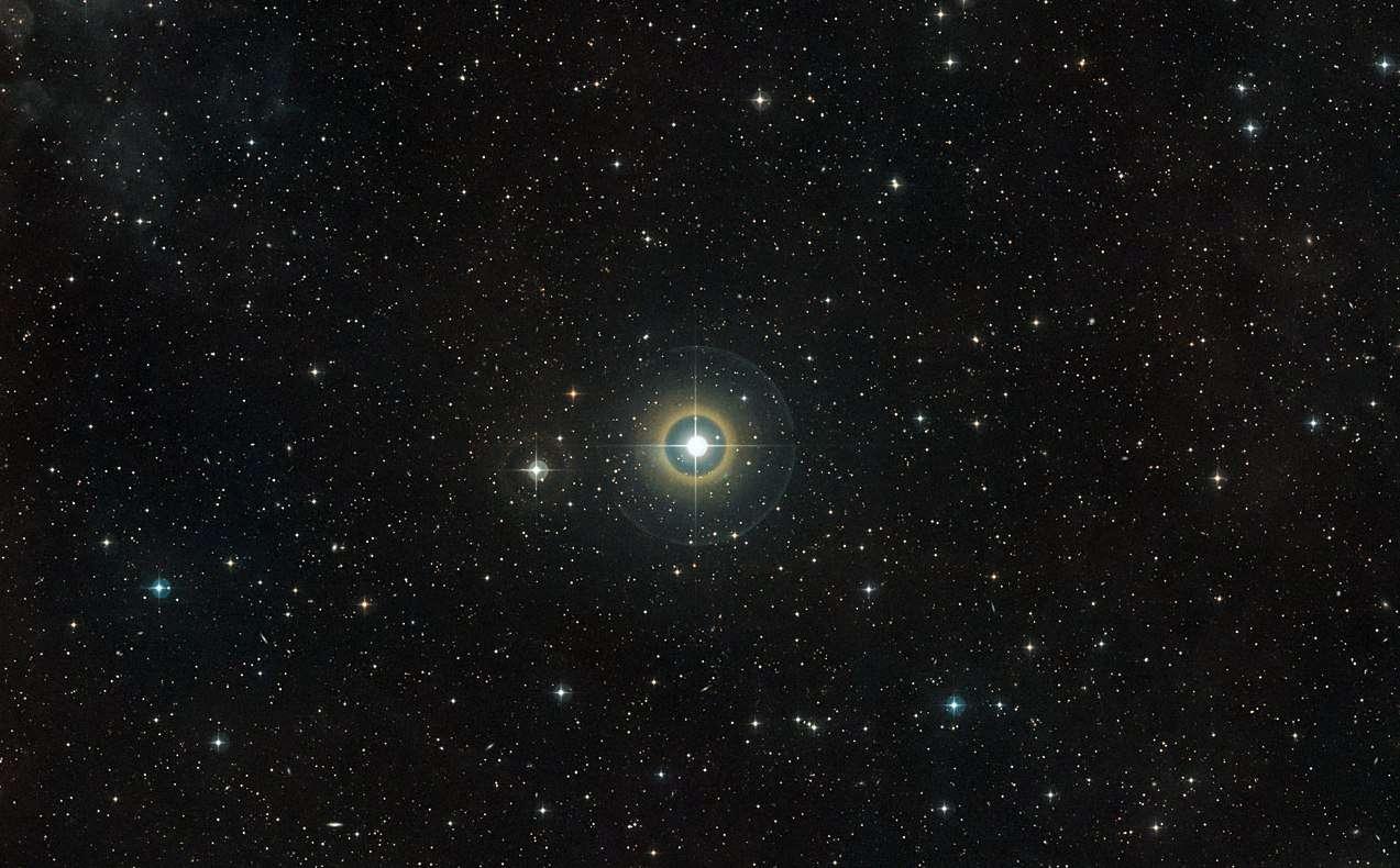 Cette image offre une vue du ciel qui entoure l'étoile 51 Pegasi dans la constellation boréale de Pégase (le Cheval ailé). En 1995 fut découverte la première exoplanète en orbite autour de cette étoile. Cette image a été constituée à partir des données photographiques du Digitized Sky Survey 2. © ESO/Digitized Sky Survey 2