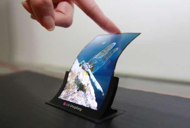Économique à fabriquer par l'industrie, robuste, léger, peu gourmand en énergie, l'écran flexible de LG n'en est plus vraiment au stade du prototype. On pourrait le trouver avant la fin de l'année sur les smartphones de la marque. © LG