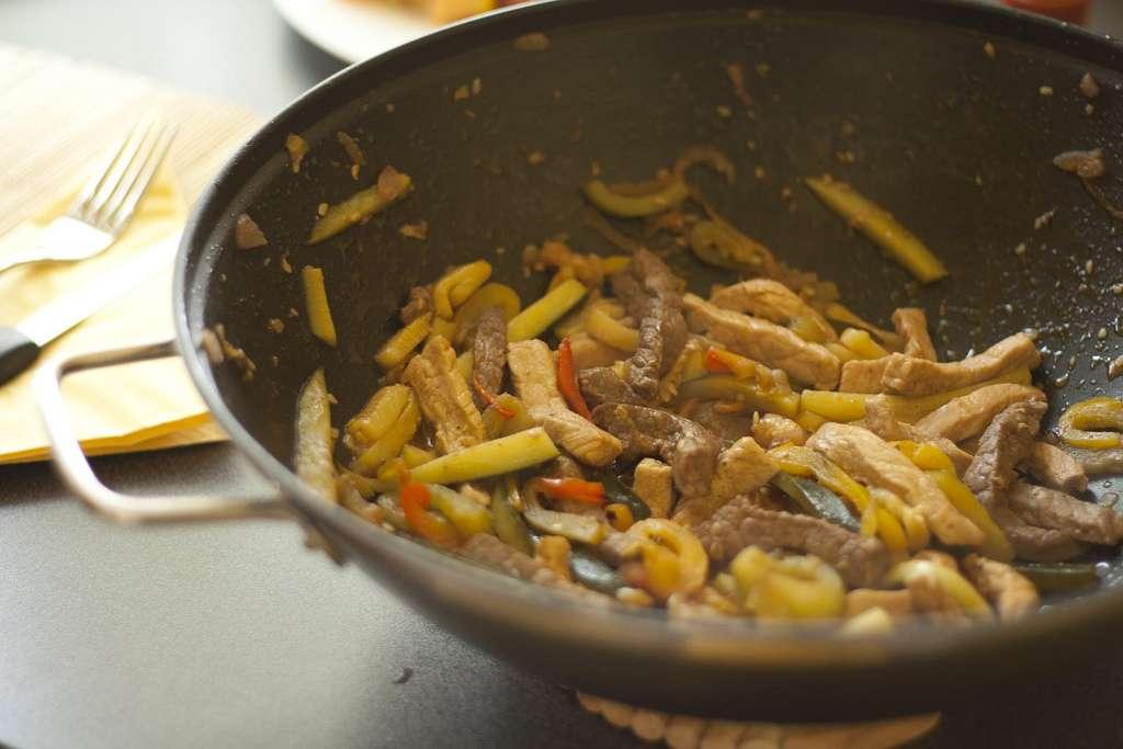 Wok de poulet et légumes : une vraie cuisine écologique ! © Luca Nebuloni, Flickr, cc by 2.0