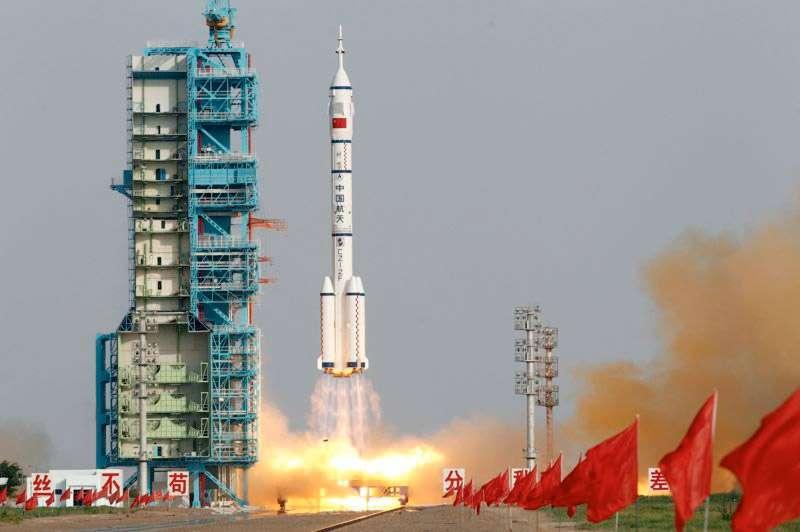 Depuis le Centre spatial de Jiuquan, dans le désert de Gobi, décollage du vaisseau Shenzhou-9 lancé par une fusée Long March 2F. Le même lanceur emportera Shenzhou-10 vers le module orbital Tiangong-1 cet été. © Ng Han Guan, AP