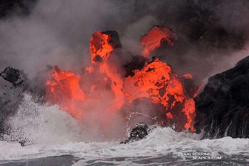 La rencontre de l'eau et du feu à Hawaï. Crédit : Doug Perrin