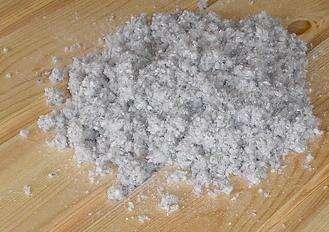 La ouate de cellulose est un isolant écologique utilisé dans la construction. © Ivanko123, Domaine public, Wikimedia Commons