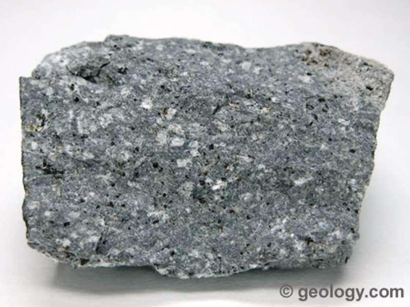 Une andésite avec des cristaux, une roche magmatique volcanique. © geology.com