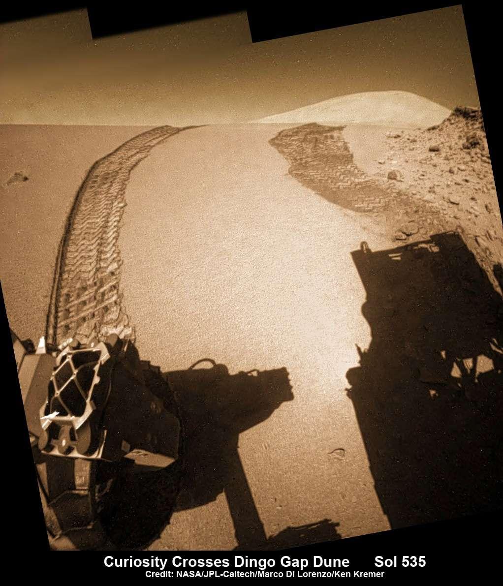 Image colorisée prise par la caméra grand angle Hazcam, située au-dessus des roues arrière, de la dune de Dingo Gap qu'a franchi Curiosity lors de son 535e jour sur Mars. © Nasa, JPL, Marco Di Lorenzo, Ken Kremer