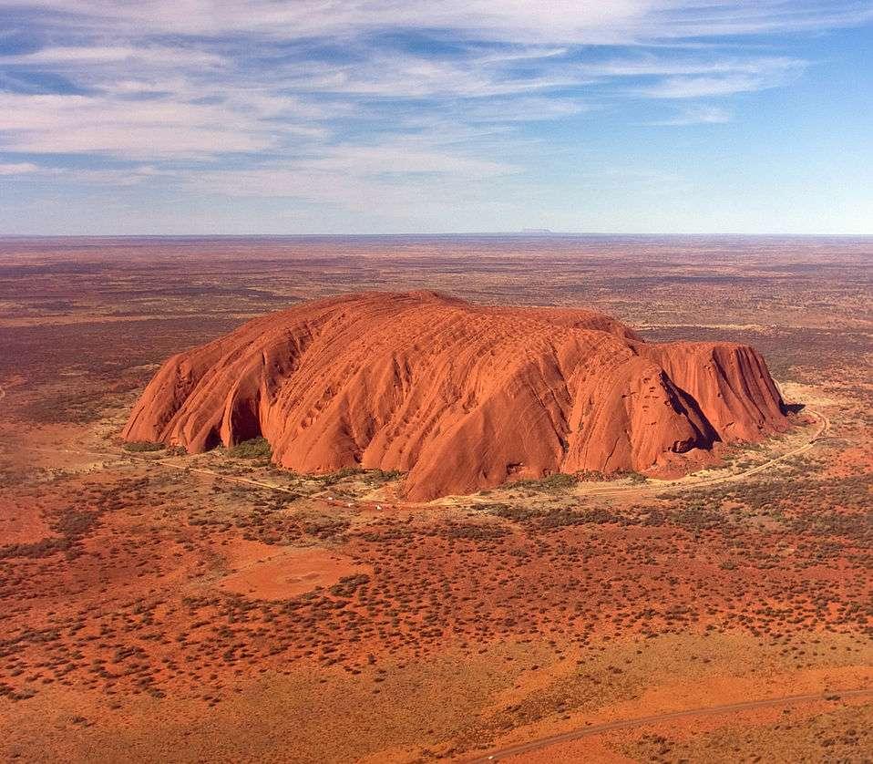 Uluru, aussi connu sous le nom anglais d'Ayers Rock, est un inselberg en grès au centre de l'Australie. C'est un lieu sacré pour les peuples aborigènes Pitjantjatjara et Yankunytjatjara. © Corey Leopold, cc by 2.0