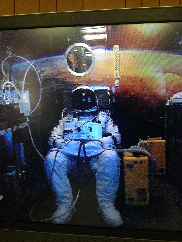 Le parachutiste autrichien, Felix Baumgartner, le 9 octobre 2012, en pleine séance de dénitrogénation avant sa première tentative du saut le plus haut du monde (qu'il réussira, avec passage du mur du son, quelques jours plus tard, le 14 octobre). En sortant de la capsule pressurisée à plus de 39 km d'altitude, il sera exposé à des conditions proches de celles d'un astronaute effectuant une sortie extravéhiculaire dans l'espace. © Red Bull Stratos
