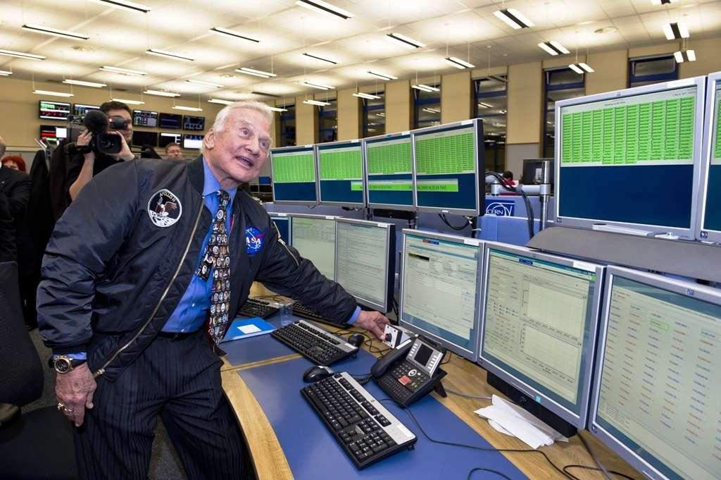 Buzz Aldrin en train d'actionner le système d'arrêt des faisceaux pilotes du LHC. © Cern