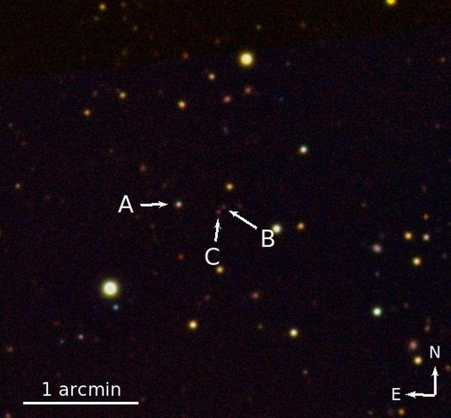 Image infrarouge du quasar triple (noté A, B et C) QQQ J1519+0627 réalisée avec le télescope de 3,5 m de diamètre du Calar Alto Observatory. C'est le second objet astronomique de ce type connu à ce jour. © Emanuele Paolo Farina