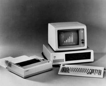 En 1981, le premier PC d'IBM était le modèle 5150. Il pouvait se brancher à une simple télévision domestique et était animé par le système d'exploitation de MS-Dos créé par Bill Gates et Paul Allen, les deux jeunes patrons d'une petite société appelée Micro-Soft... Ce Personal Computer (ou PC) était plus puissant que les mastodontes, occupant 1.000 m² et monopolisant le travail de 60 techniciens, qu'IBM avait créés 20 ans plus tôt. Il allait tout bonnement faire rentrer l'informatique dans les foyers. © IBM