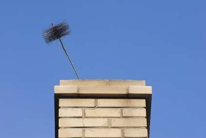 Le ramonage est le nettoyage des conduits de cheminée ou autres conduits. © Aberenyi