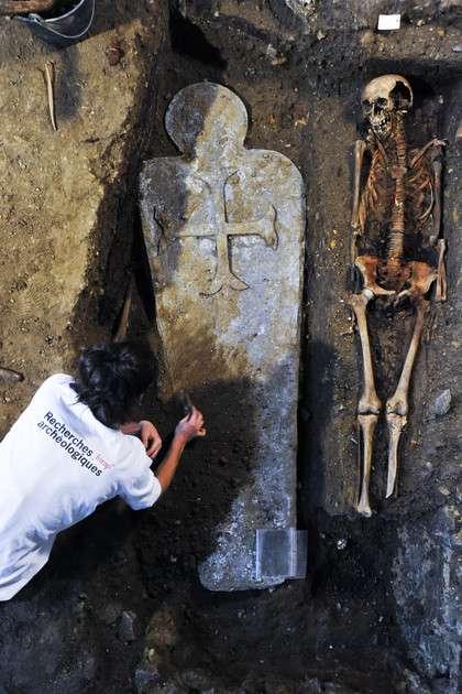 Dégagement d'un sarcophage en plomb dans le chœur de l'église du couvent des jacobins de Rennes (Ille-et-Vilaine). Seules des personnes de haut rang étaient enterrées dans de telles sépultures. © Hervé Paitier, Inrap