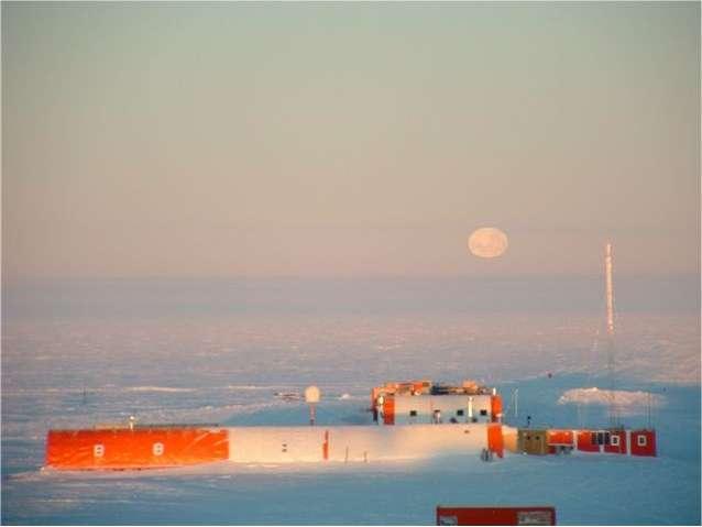 La base Concordia sous la Lune. © Programme de recherche en Antarctique/Institut polaire Paul-Emile Victor