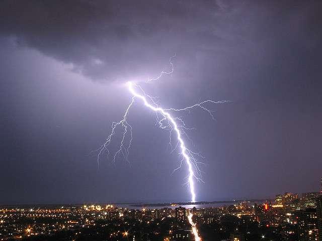 La foudre est un phénomène météorologique très fréquent lié aux orages. Souvent inoffensive, la foudre présente malgré tout quelques dangers lorsqu'elle frappe directement une personne ou un bâtiment. © John R. Southern, Flickr, CC by-sa 2.0