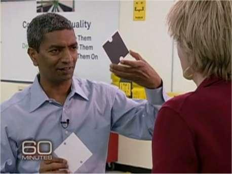 K. R. Sridhar, le cofondateur de Bloom Energy, montre à la journaliste du magazine 60 minutes l'élément de base de la Bloom Box, pile à combustible à électrolyte solide. © 60 Minutes/CBS (extrait de la vidéo en ligne)