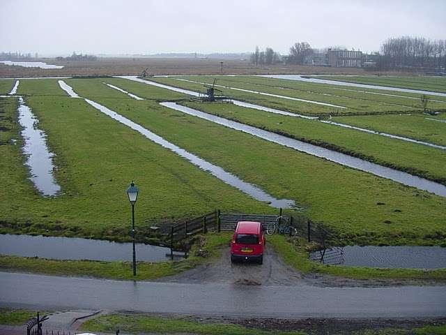 Un polder agricole, comme il en existe tant aux Pays-Bas. On y distingue les canaux et les moulins qui drainent en continu l'eau de ces zones humides. © Edward MacGregor CC by-nc-nd 3.0