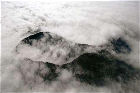 Le piton de la Fournaise est entré en éruption dans la nuit de mercredi 19 à jeudi 20 juillet 2006(Crédits : Courtesy of AFP)