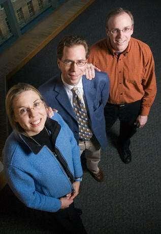 Nancy Sottos (professor of materials science), Scott White (professor of aerospace engineering) et Jeffrey Moore (professor of chemistry), les auteurs de la découverte.