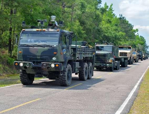 Ces camions militaires sont équipés d'un kit de conduite autonome qui leur permet de circuler en convoi. L'armée états-unienne a réalisé un premier essai impliquant sept modèles différents qui ont circulé sans intervention humaine à une vitesse atteignant 64 km/h. © Department of Defense