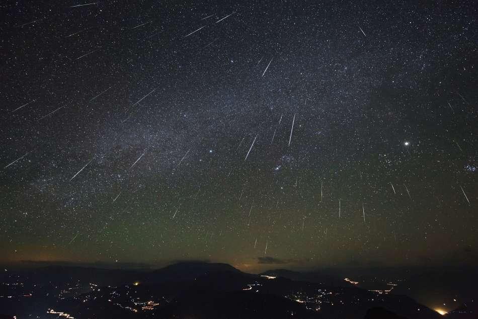 La pluie d'étoiles filantes des Géminides en 2012 photographiée au-dessus de la Chine. © Jeff Dai, Apod (Nasa)
