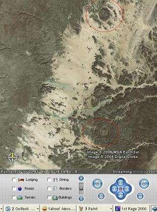 Les deux cratères suspectés par Gonzalez d'appartenir à la chaîne de cratères d'Aorounga(Crédits : Google Inc/Emilio González)