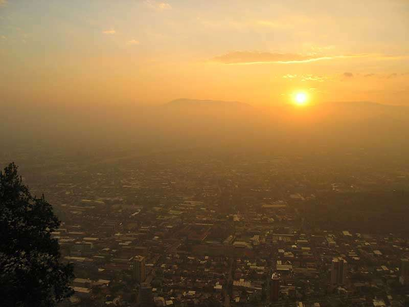 Santiago du Chili sous le smog. Source Creative Commons