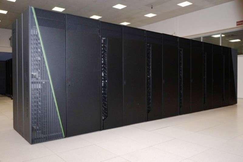 Le superordinateur Turing, IBM Blue Gene/Q, est l'un des supercalculateurs équipant l'Institut du développement et des ressources en informatique scientifique (Idris), le centre majeur du CNRS pour le calcul numérique intensif de très haute performance. C'est avec les moyens informatiques disponibles à l'Idris que l'équipe de physiciens européens a pu mener les calculs permettant de rendre compte de la différence de masse entre le neutron et le proton. © CNRS