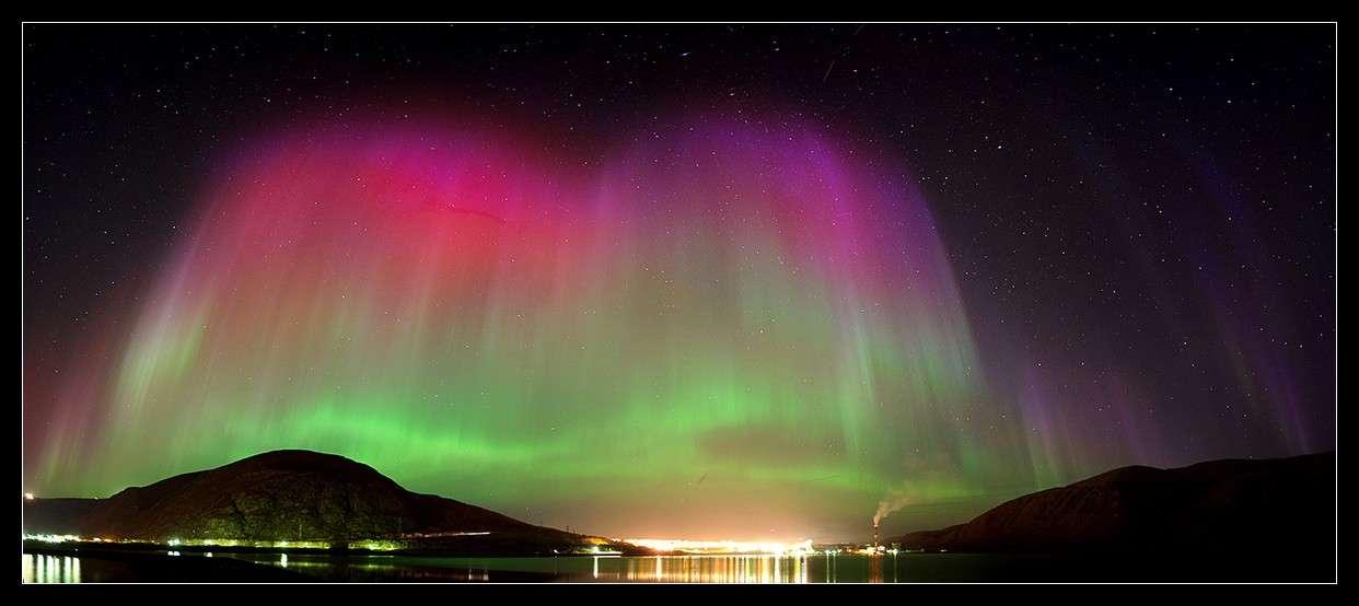 Superbe aurore boréale photographiée au nord de la Russie dans la nuit du 26 au 27 septembre 2011. © A. Chernucho/SpaceWeather.com