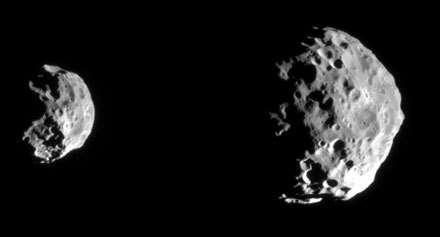 Ces deux images de Phoebe, éclairée par le Soleil, ont été prises en juin 2004 quelques heures avant son survol au plus près par Cassini-Huygens alors que la sonde se trouvait à 143.068 (image de gauche) et à 77.441 km (image de droite).