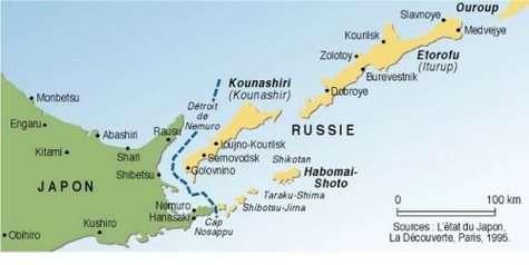 C'est à environ 390 km au large de l'île d'Etorofu, dans l'archipel des Kouriles qu'était situé l'épicentre du séisme. L'hypocentre, lui, a été localisé à 30 kilomètres sous le fond de l'océan. Crédits : Carte des Editions La Découverte, Paris