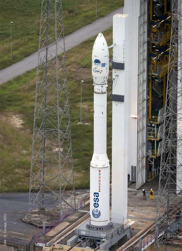 La fusée Vega sur son pas de tir particulier, le SLV, au Centre spatial guyanais, à Sinnamary. Le lanceur mesure 29,90 m de hauteur pour 3 m de diamètre et dispose de trois étages. Sa masse au décollage est, typiquement (car elle peut varier), de 137 tonnes. © Arianespace