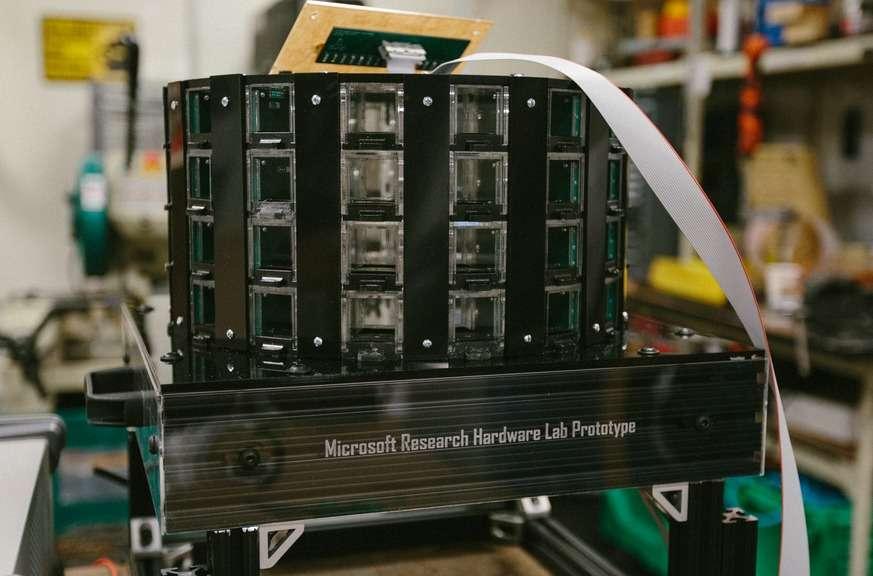 Voici le prototype de piège à moustiques robotisé que développe Microsoft Research dans le cadre du projet Premonition. Il sera installé sur des drones autonomes chargés d'aller prélever des échantillons directement dans l'environnement de ces insectes. © Microsoft Research