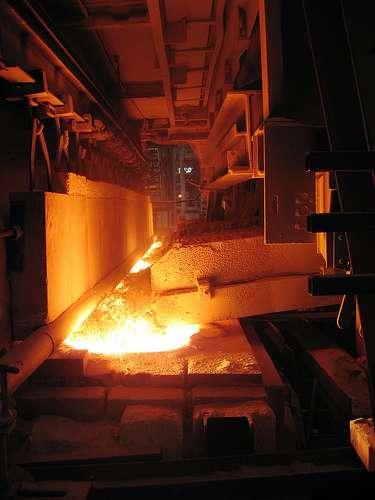 Chargement d'un four de verrerie à 1.600 °C avec un mélange de silice et de calcin. © Pierre-Alain Dorange CC by-nc
