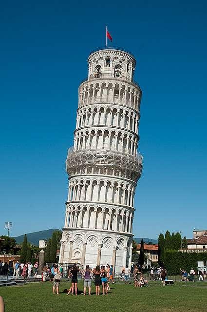 L'inclinaison célèbre de la tour de Pise est due à un affaissement du terrain marneux sur lequel elle est construite. © Sébastien Donato CC by-nc-sa 2.0