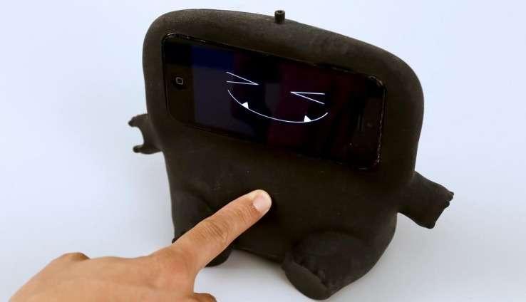 Le visage de cette poupée est en fait l'écran d'un smartphone relié au système Acoustruments qui réagit aux contacts physiques. © Carnegie Mellon University
