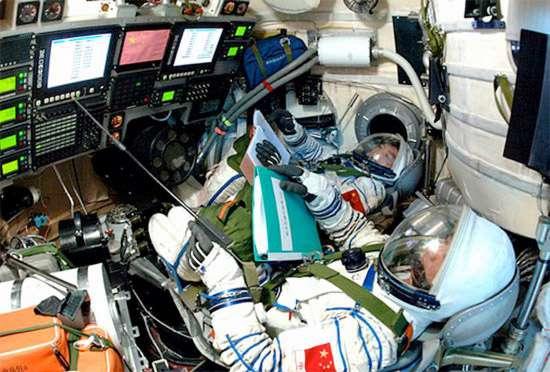 Finalement, tous les clignotants sont au vert dans le module Tiangong-1. La préparation de la mission d'un premier équipage pour le rejoindre se poursuit donc. Le lancement est prévu cet été. © Centre d'informations Internet de Chine