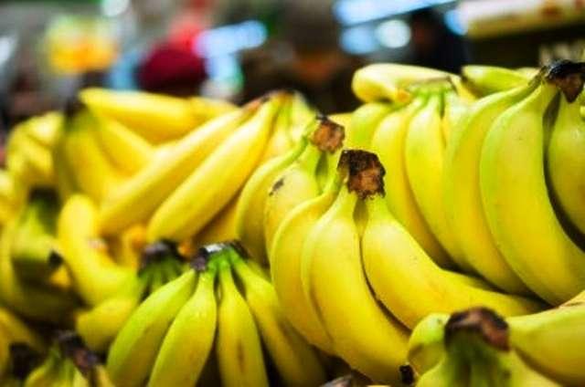 Les femmes post-ménopausées devraient mettre l'accent sur les aliments riches en potassium pour prévenir les AVC, comme par exemple les bananes. © Aleph Studio/shutterstock.com