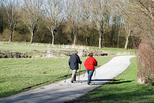 La pratique d'un sport doit être adaptée. La marche est conseillée mais ne doit pas se prolonger en cas de coxarthrose ou de gonarthrose.