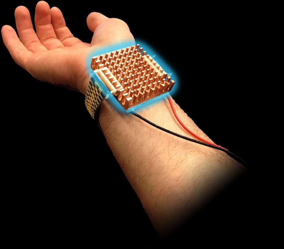 Le prototype du bracelet Wristify est conçu à partir d'un dissipateur thermique fait d'un mélange d'alliage et de cuivre, conçu par les chercheurs du MIT. Ses créateurs assurent qu'ils peuvent rendre le produit beaucoup plus esthétique et ergonomique en obtenant le même effet sur une surface de peau deux fois moins importante. © Wristify, MIT, Department of Materials Science and Engineering