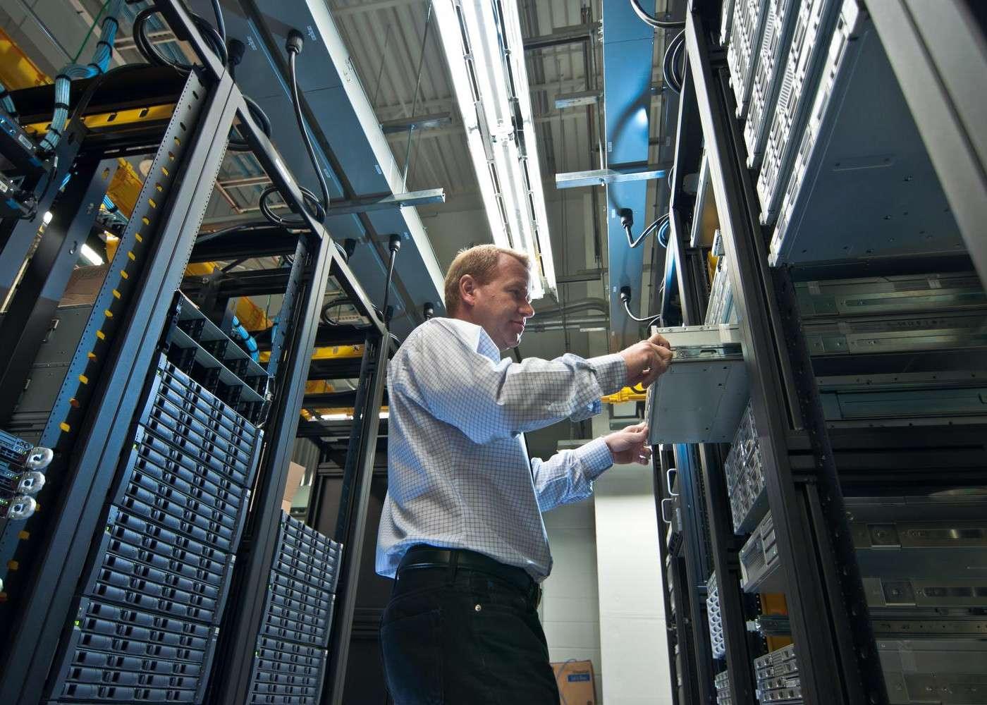 Pour une entreprise, la cybersécurité s'inscrit à tous les échelons du système informatique, au niveau matériel, dans les logiciels utilisés, au sein des tranferts de données sur les réseaux, vers Internet ou depuis des clés USB. C'est un travail difficile et, surtout, à réadapter en fonction des nouveaux usages ou d'évolution des techniques de cyberattaques. © Arjuna Kodisinghe, Shutterstock