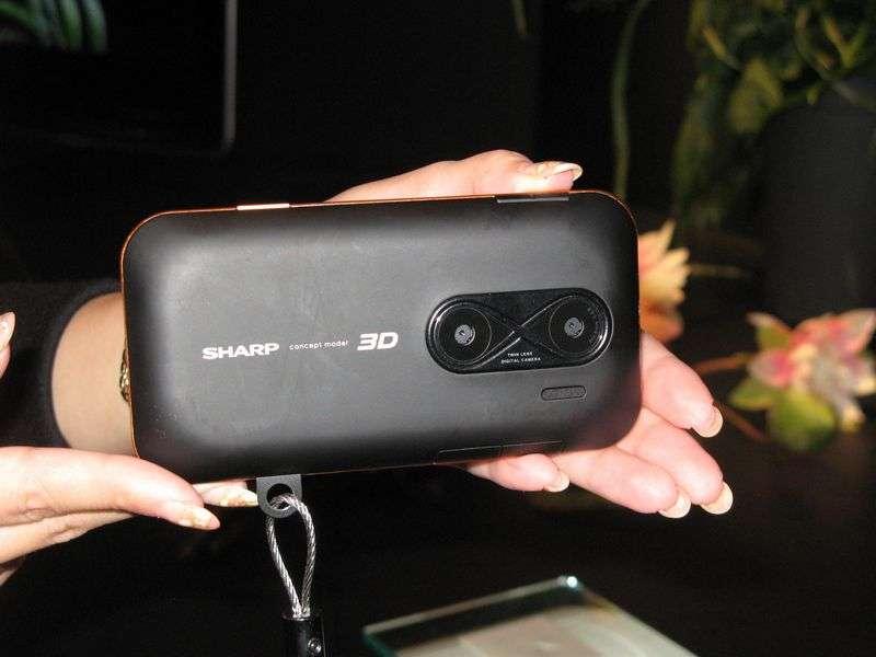 On dirait un smartphone mais c'est un appareil photo. Ce prototype de Sharp, non encore baptisé, est montré à Berlin, à l'IFA 2010. Il peut prendre des images en relief grâce à ses deux objectifs et ses deux capteurs et les afficher sur l'écran 3D installé au dos. © Nikkei Electronics
