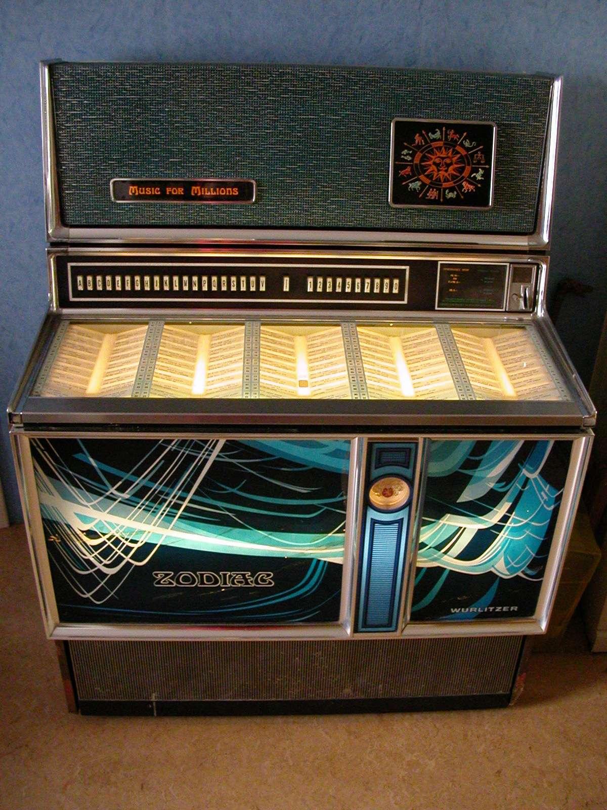 Inventé par Louis Glas, le juke-box révolutionne l'ambiance musicale des lieux publics. © Frederic Pasteleurs, CC BY-SA 3.0, Wikimedia Commons