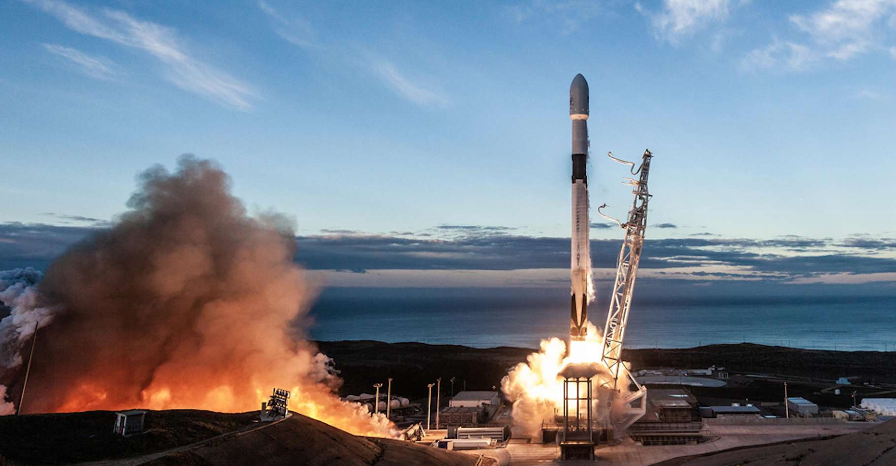 Le Falcon 9 a été mis au point par SpaceX et la nuit dernière, le retour dans l'atmosphère de l'un de ses deuxième étage a offert un beau spectacle à ceux qui levaient les yeux au ciel. © SpaceX