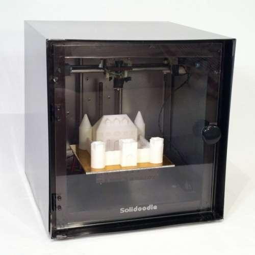 L'imprimante 3D a l'aspect peu avenant d'un four. Elle est capable de générer un objet de 15 cm³ en réalisant des formes en superposant des couches d'une matière plastique. © Solidoodle