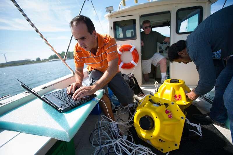 Pour réaliser leur test, les chercheurs de l'université de Buffalo ont immergé ces deux capteurs qui étaient connectés à un routeur en surface, chargé de convertir l'onde sonore en signal Wi-Fi. © Douglas Levere, State University of New York at Buffalo
