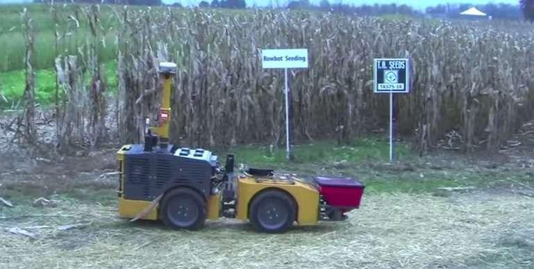 Le Rowbot est un robot agricole autonome conçu pour pulvériser de l'engrais au pied des plants de maïs. Actuellement testé aux États-Unis dans le Minnesota, il offre aux agriculteurs la possibilité de faire mieux coïncider l'apport d'engrais avec les besoins de la plante en pleine croissance. © NoTillFarmerMagazine, YouTube
