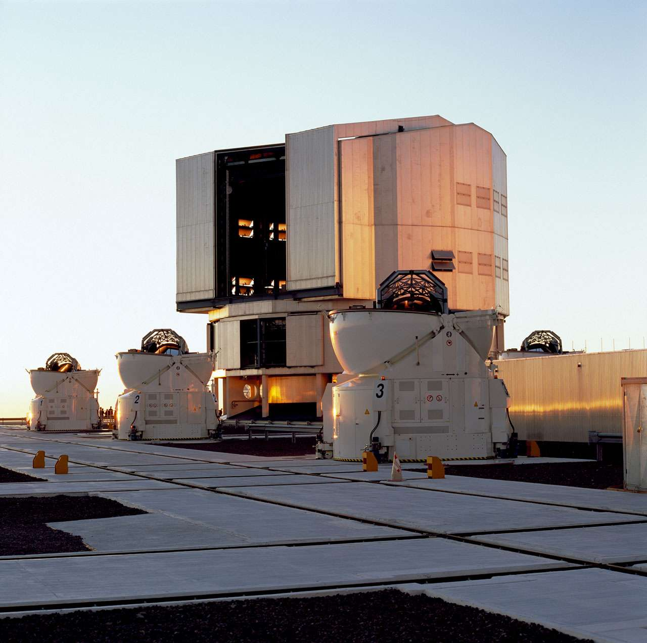 Une vue du VLT. Crédit : ESO/H.H.Heyer