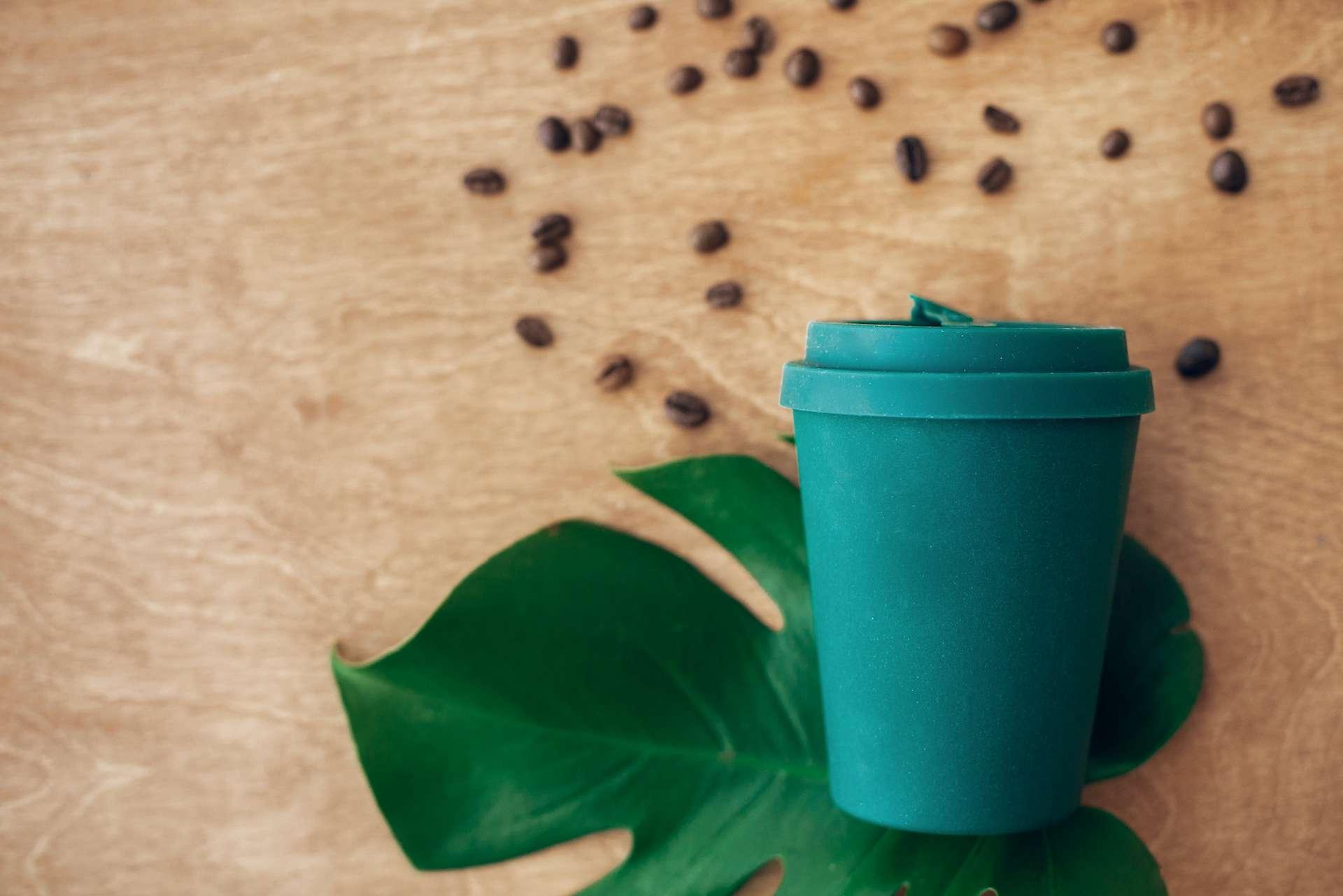 Les mugs en bambou relâchent des substances cancérigènes lorsqu'on y verse de l'eau chaude. © sonyachny, Adobe Stock
