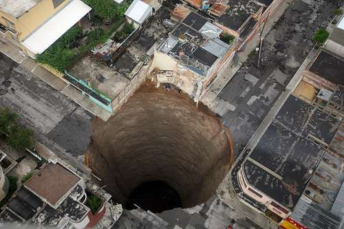 Vu du ciel, l'impressionnant trou formé dans la ville de Guatemala City. L'eau souterraine a un peu trop creusé le calcaire... © DR